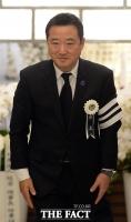 [TF포토] 조문객 배웅하는 장남 이웅열 코오롱 회장