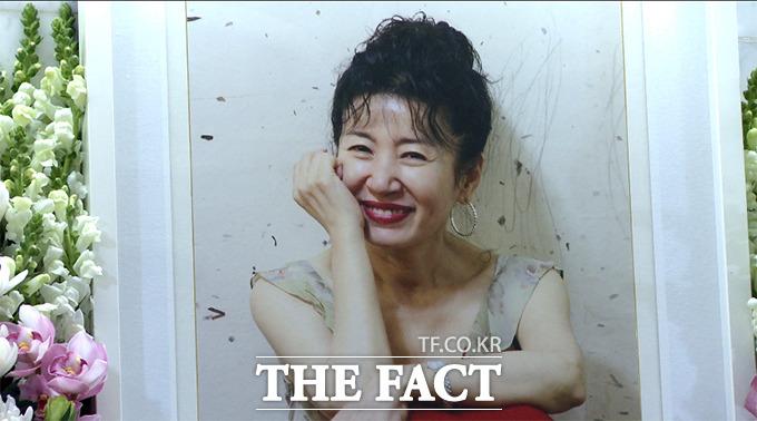 16일 오전 폐암으로 별세한 고 김자옥이 영정사진 속 밝은 모습을 보이고 있다./사진=해당 영상 캡처