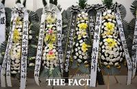 [TF포토] '꽃보다 누나' 제작진, '근조화환으로 애도'