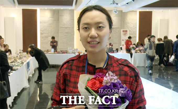 AMJ에이젼시 대표 정영화가 17일 오후 서울 용산구 한남동 블루스퀘어에서 열린 희망 기부나눔 패션쇼에서 행사 취지에 대해 인터뷰 하고 있다./사진=해당 영상 캡처