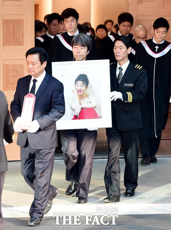 고 김자옥의 발인이 19일 오전 서울 서초구 서울성모병원 장례식장에서 진행된 가운데 운구행렬이 이동하고 있다./배정한 기자