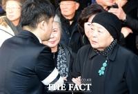 [TF포토] 고 김자옥 발인 참석한 강부자