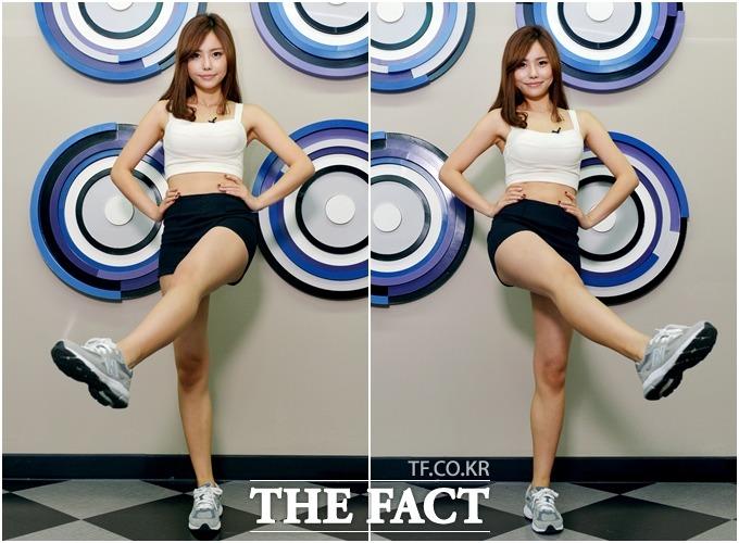 다리를 몸 안쪽으로 들어 올려 운동 강도를 높여 보자.