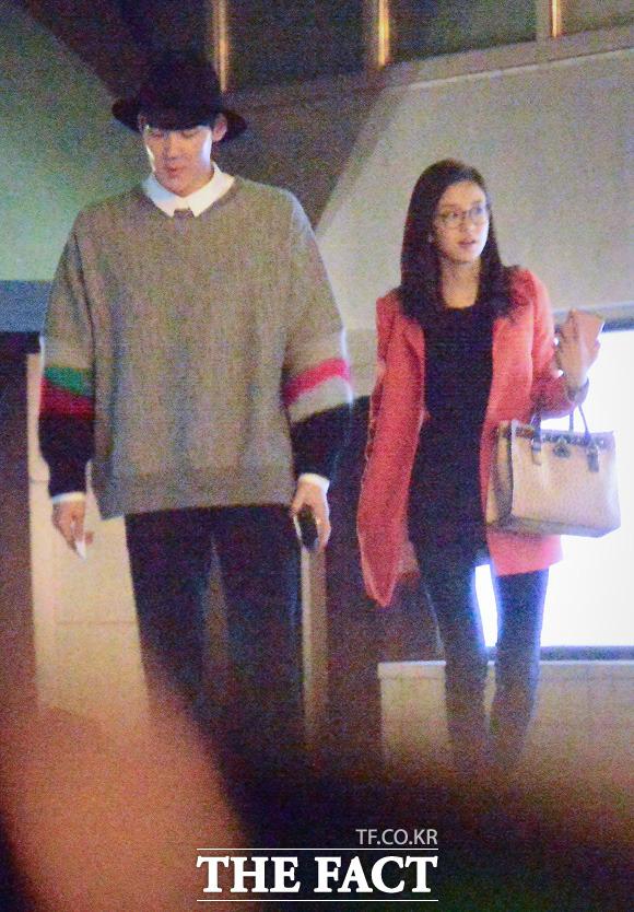 박태환(왼쪽)과 장예원 SBS 아나운서가 지난달 25일 동대문 메가박스에서 영화를 관람한 뒤 차로 이동하고 있다. 두 사람의 상큼한 데이트 현장을 <더팩트>카메라가 단독으로 담았다./이새롬 기자