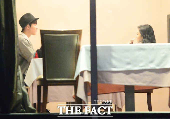 박태환(왼쪽)과 장예원 아나운서가 청담동 한 레스토랑에서 식사를 하며 함께 시간을 보내고 있다. /이새롬 기자