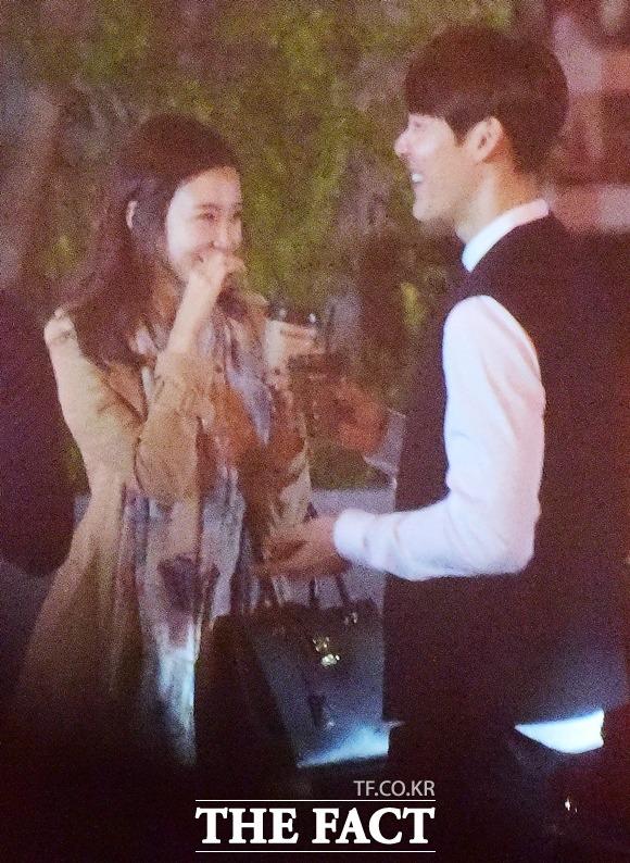 박태환(오른쪽)과 장예원 아나운서가 로맨틱 분위기를 자아내는 저녁 시간대에 만나 즐거운 만남을 갖고 있다. /이새롬 기자