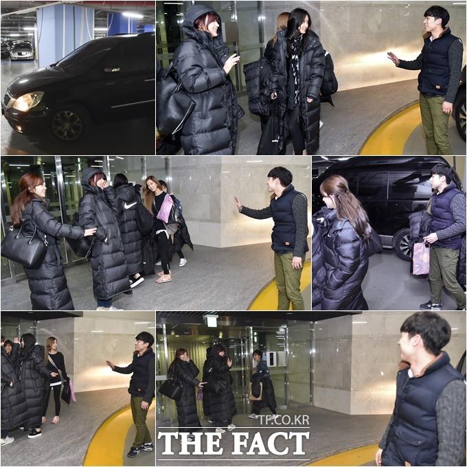 매니저 오빠, 오늘도 수고 많았어요! 에이핑크가 매니저 박현수 씨(오른쪽 맨 아래)와 퇴근 인사를 나누고 있다. /최진석 기자