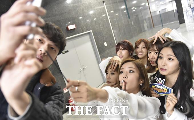 매니저는 셀카봉으로 변신. 멤버들은 엽기 에이핑크로 변신! 에이핑크 멤버들이 매니저 박현수 씨(왼쪽)의 도움을 받아 단체 셀카 사진을 찍고 있다. /일산=최진석 기자