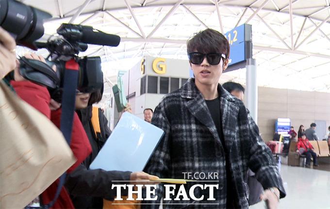 2014 Mnet 아시안 뮤직 어워드에 참석하는 그룹 인피니트의 남우현이 2일 오후 취재진의 질문에 답하며 인천국제공항에서 홍콩으로 출국하고 있다./해당 영상 캡처