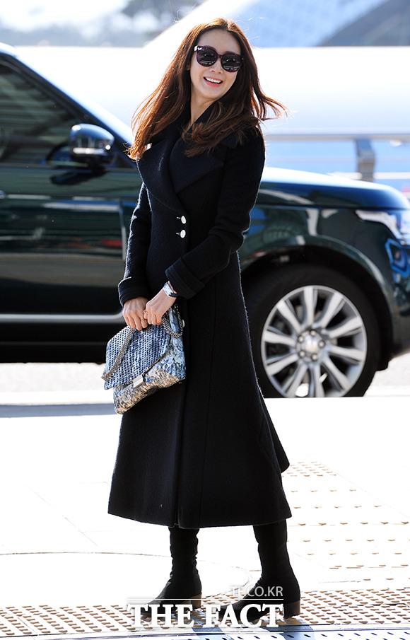 배우 최지우가 2일 오후 2014 Mnet 아시안 뮤직 어워드에 참석하기 위해 인천국제공항에서 홍콩으로 출국하고 있다./인천국제공항=김슬기 기자