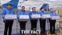 [TF포토] 어려운 이웃 위해 박스 든 삼성 사장단