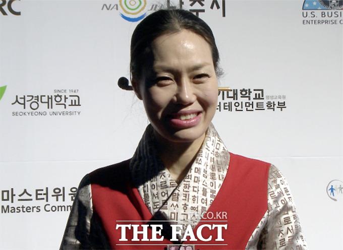 문화기업 +MOK의 목은정 대표가 19일 오후 서울 종로구 청계광장에서 열린 2014 한국의 색에 동요되다 행사에서 주관하게 된 소감을 밝히고 있다./해당 영상 캡처