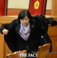 [TF포토] 외투 입는 이정희 통합진보당 대표