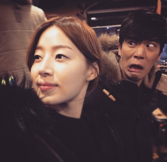 한지혜(왼쪽)가 하석진의 익살스러운 표정이 담긴 사진을 공개했다./ 한지혜 인스타그램