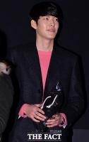 [TF포토] 김우빈, '설레는 크리스마스 선물'