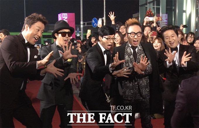 MBC 예능 프로그램 무한도전 팀이 29일 오후 서울 상암MBC에서 열린 2014 MBC 연예대상에 참석해 레드카펫을 밟고 있다./해당 영상 캡처
