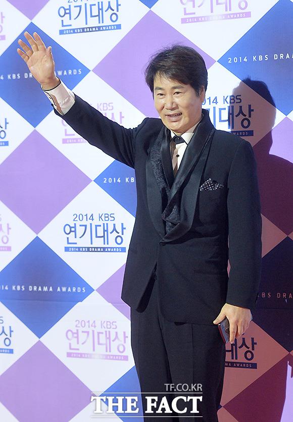 배우 유동근이 31일 오후 서울 여의도 KBS본관에서 열린 2014 KBS연기대상 시상식에서 포토타임을 갖고 있다./문병희 기자