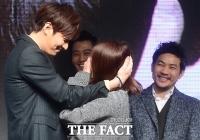 [TF사진관] '한류스타' 이민호, 박력 포옹에 눈맞춤까지... '작정한 팬 서비스~'