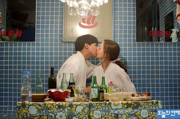 오늘의 연애 이승기·문채원의 목욕탕을 배경으로 한 술집에서 키스를 나누는 스틸이 공개된 가운데 서울 마포구에 목욕탕을 모티브로 한 술집이 있는 것으로 알려졌다./ 오늘의 연애 스틸