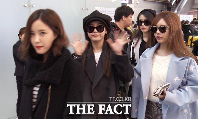 팬미팅에 참석하는 그룹 티아라가 9일 오전 인천국제공항을 통해 베트남으로 출국하는 가운데 멤버 소연(가운데)이 카메라를 향해 손을 흔들고 있다./해당 영상 캡처