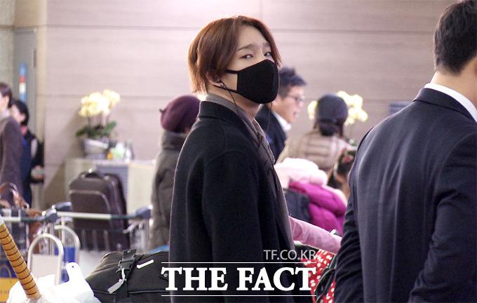 그룹 위너의 남태현이 9일 오전 인천국제공항에서 출국 수속을 받던 중 팬들이 모인 쪽을 바라보고 있다./해당 영상 캡처