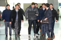 [TF포토] 류현진 출국, '특급 선수다운 특급 경호'