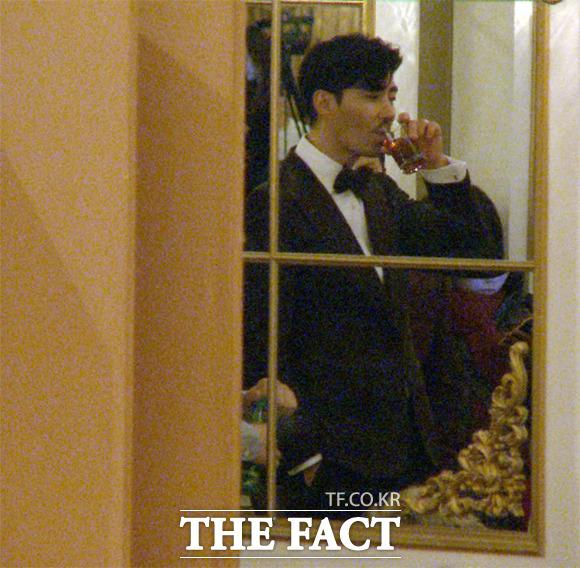 지난 9일 서울 강남구 임피리얼 팰리스 호텔에서 열린 tvN 예능 프로그램 삼시세끼 어촌편의 제작 발표회 시작 전 배우 차승원이 커피를 마시고 있다./해당 영상 캡처