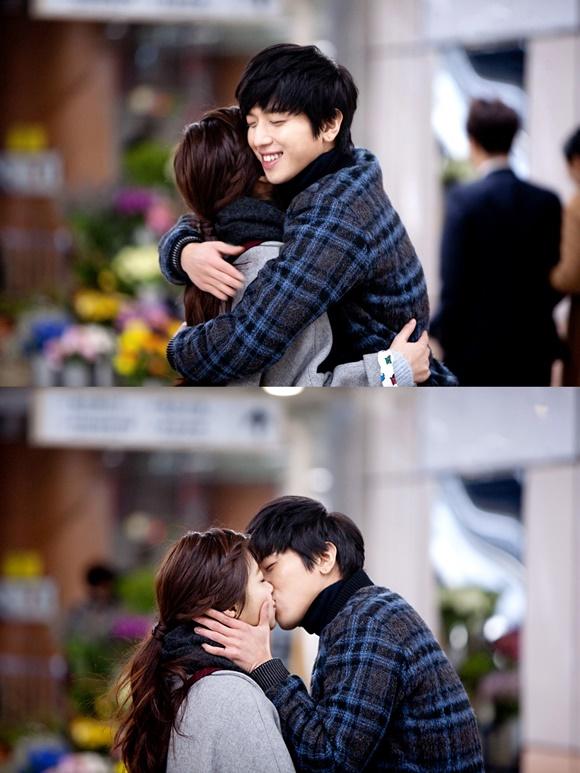 정용화(오른쪽)가 자신의 솔로곡 어느 멋진 날 뮤직비디오에서 다정한 커플 연기를 펼쳤다. /FNC 제공