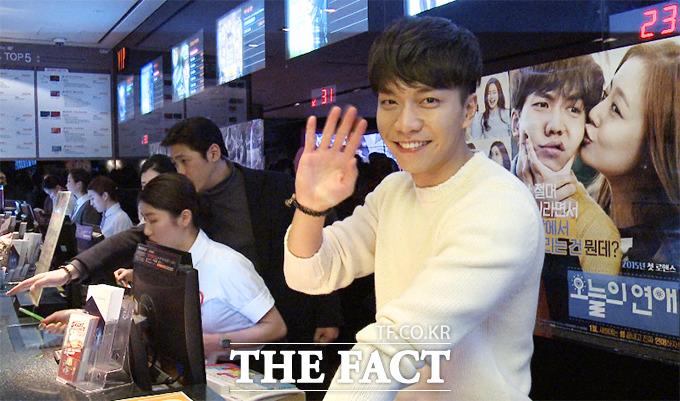 배우 이승기가 22일 오후 서울 용산구 한강로 용산CGV에서 열린 미소지기이벤트에 참석해 카메라를 향해 인사하고 있다./해당 영상 갈무리