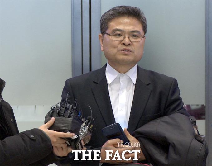 정의화 국회의장 전 보좌관 강상욱 씨가 27일 오후 인천국제공항 입국장에서 청와대 폭파 협박 용의자인 아들의 처지를 대변하고 있다. / 해당 영상 갈무리
