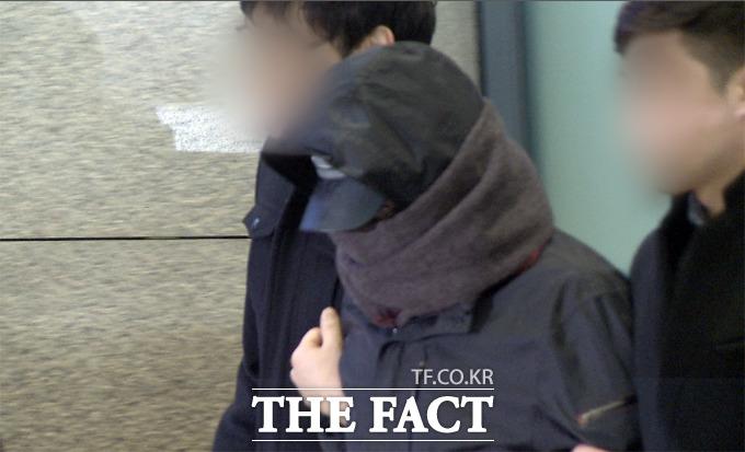 청와대 폭파 협박 용의자 강모(22) 씨가 27일 오후 프랑스에서 인천국제공항으로 귀국하고 있다. / 해당 영상 갈무리