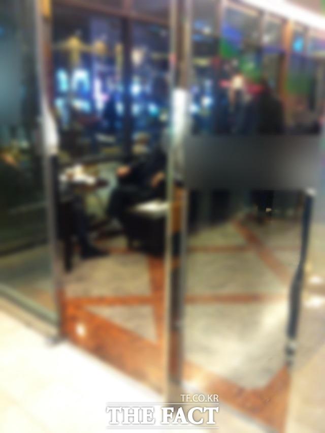 둘만의 오붓한 시간 이날 카페 안에는 3명 이상이 함께 앉은 테이블보다 둘이서 한구석을 차지하고 도란도란 이야기를 나누는 장면이 더 많이 포착됐다. /서울 종로구=김민수 인턴기자