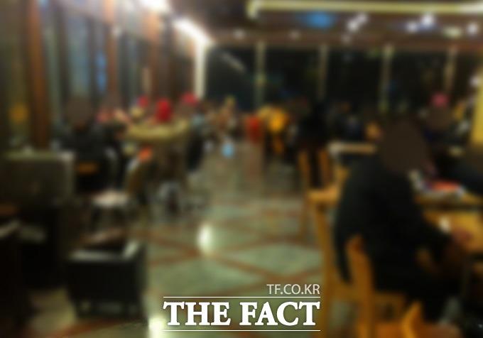 빈자리 없이 들어찬 손님들 평소 게이들이 자주 찾는다는 서울 종로의 한 카페 내부. 사람들이 담소를 나누고 있다. /서울 종로구=김민수 인턴기자
