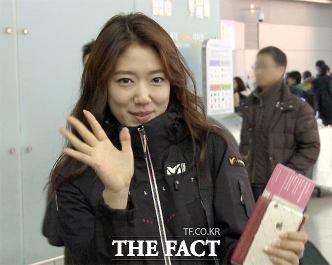배우 박신혜가 1일 오전 인천국제공항 출국장에서 취재진에게 인사하고 있다./해당 영상 갈무리
