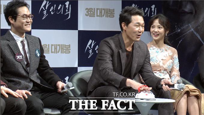 배우 박성웅(가운데)이 4일 서울 강남구 CGV 압구정에서 열린 영화 살인의뢰 제작 보고회에서 거짓말탐지기 테스트를 하고 있다./해당 영상 갈무리