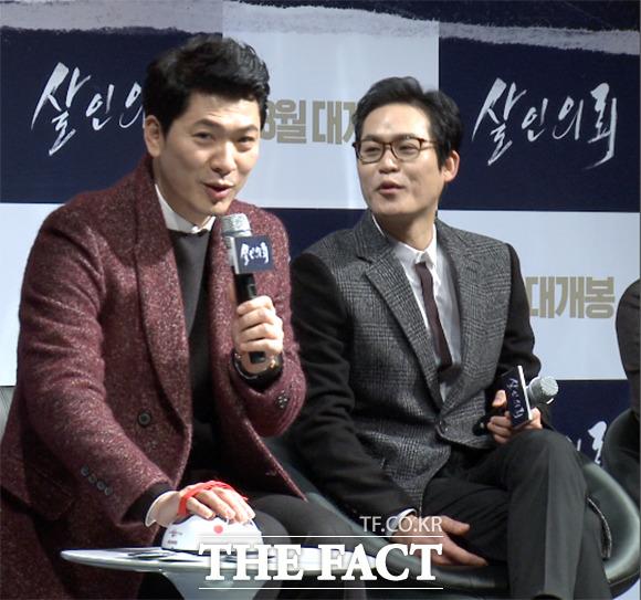 배우 김상경(왼쪽)이 4일 서울 강남구 CGV 압구정에서 열린 영화 살인의뢰 제작 보고회에서 거짓말탐지기 테스트를 하고 있다./해당 영상 갈무리