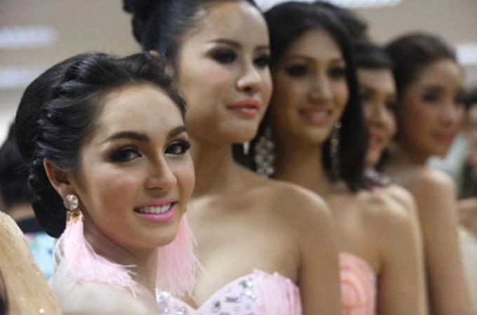 여자보다 더 여자같죠? 트랜스젠더의 천국으로 불리는 태국은 트랜스젠더 미녀를 선발할 정도로 사람들의 인기를 끌고 있다./유튜브 영상 화면 갈무리