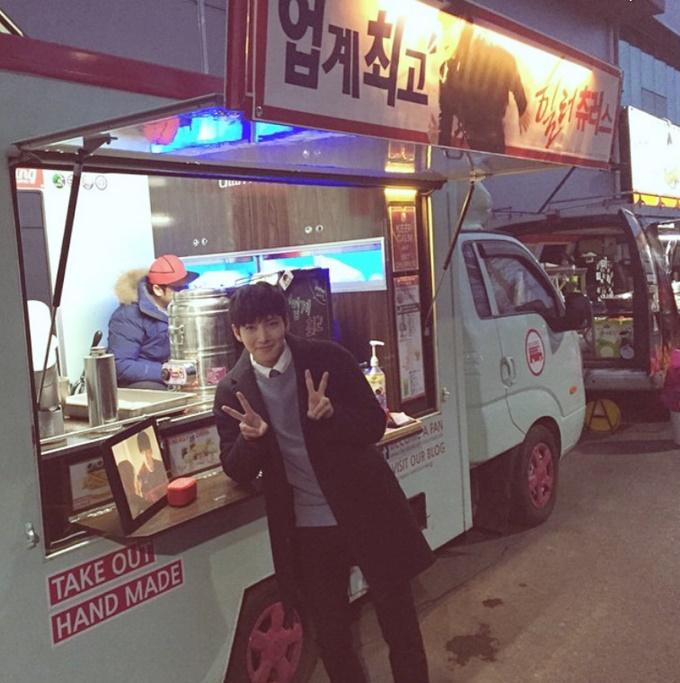 지창욱 힐러촬영장 간식차. 지창욱이 힐러 촬영장에 간식차를 선물한 팬들에게 감사인사를 전달했다./지창욱 인스타그램