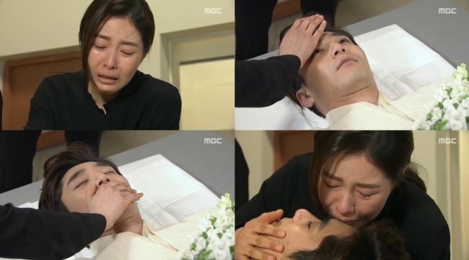 백야가 눈 뜨고 죽은 남편 조나단(왼쪽 아래)에 앞에서 눈물을 흘렸다. /MBC 압구정백야방송 캡처