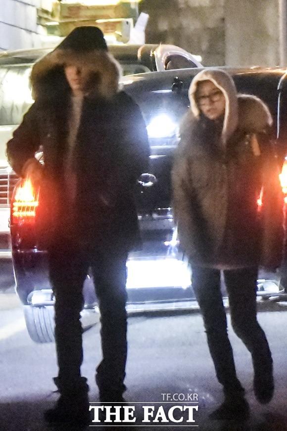 다 가렸지만 우리는 해태와 가을입니다 손호준(왼쪽)과 김소은이 완전 무장한 채 겨울 밤 데이트를 즐기고 있다. / 배정한·최진석 기자