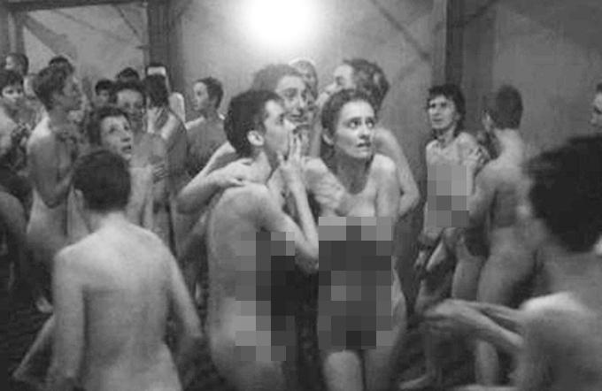 쉰들러리스트, 제2차세계대전 그린 영화. 영화 쉰들러리스트가 재조명되고 있다. 쉰들러리스트를 만든 스필버그 감독은 영화 개봉 당시 독일 대통령으로부터 십자훈장을 받기도 했다. / 영화 쉰들러리스트 스틸