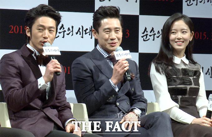 배우 장혁(왼쪽)이 지난 3일 서울 강남구 CGV 압구정에서 열린 영화 순수의 시대 제작 보고회에서 신하균(가운데)의 멘트를 가로채기하고 있다. / 해당 영상 갈무리