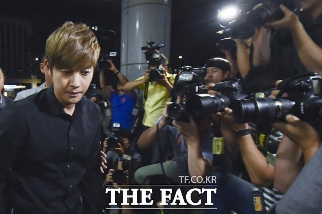 죄송하고 창피해  김현중이 전 여자 친구 임신 사건으로 집에서 조용히 지내고 있다. /최진석 기자