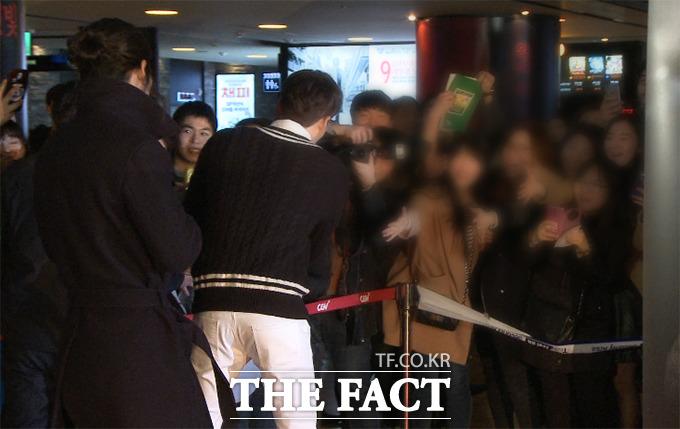 배우 김우빈이 2일 오후 서울 성동구 왕십리CGV에서 열린 영화 순수의 시대 VIP 시사회에 참석하고 있다./해당 영상 갈무리