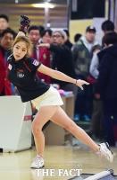 [TF포토] 신수지, 프로 볼링 데뷔전...'우아한 스윙 자세'