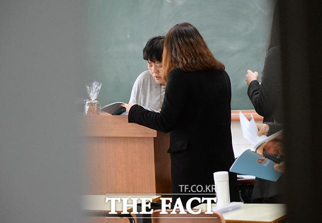 친절한 교수님이랍니다 학생의 질문에 답을 하고 있는 전효선 교수./서경대=이효균 기자