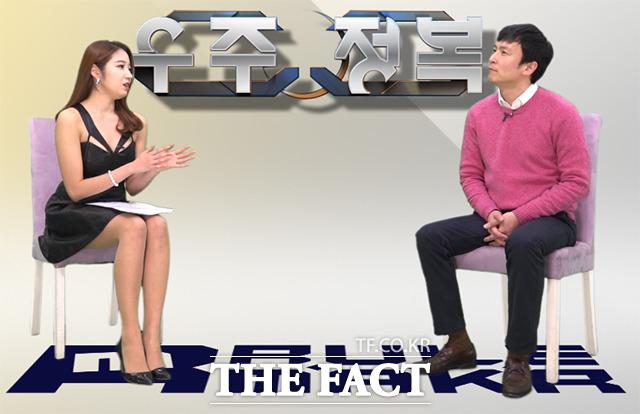 리포터 김은성(왼쪽)과 신작 모바일 게임 우주정복을 제작한 룰메이커 김태훈 대표가 지난 10일 한 스튜디오에서 어플통 촬영을 하고 있다. /해당 영상 갈무리