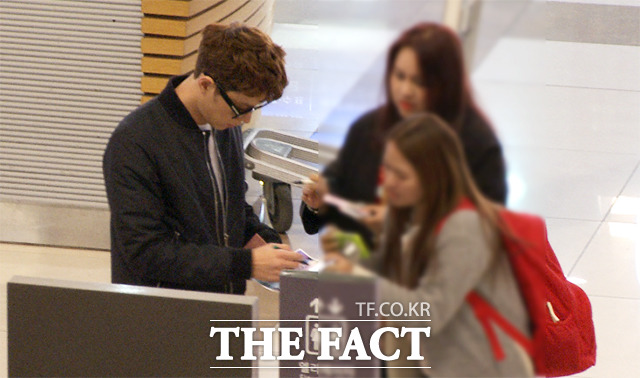 모델 겸 배우 홍종현(왼쪽)이 21일 오후 김포국제공항에서 출국하던 가운데 팬들을 만나 사인해주고 있다./해당 영상 갈무리