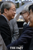 [TF포토] 임종룡 금융위원장 'MB 측근 윤증현 전 장관 딸 결혼식 참석'