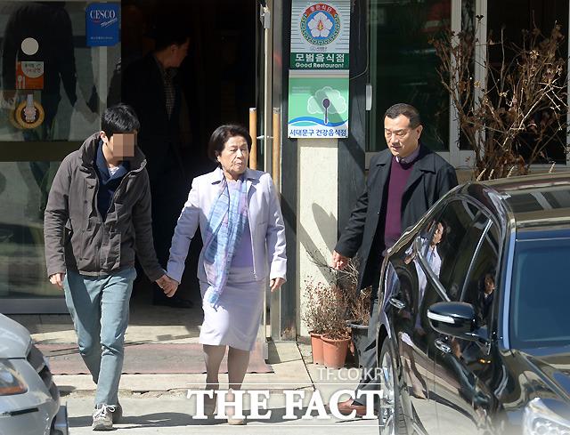 어머니-할머니, 생신 축하드려요 장남 재국(오른쪽) 씨와 그의 아들 우석(왼쪽) 씨가 이 여사를 차로 모시고 있다. /이새롬 기자